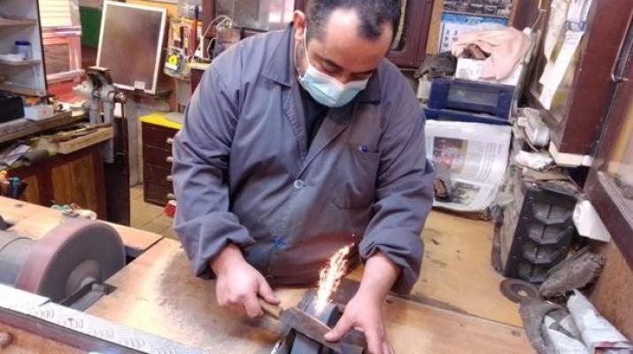 Cómo mantener afilados los cuchillos de cocina: los consejos del último afilador del mercado de La Cebada